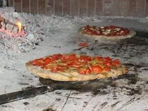 Pizzas hechas en horno de leña